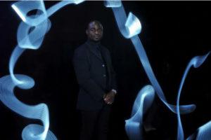 Photo d'une personne lors d'une soirée de lightpainting