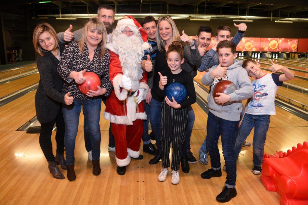 pere noel avec enfants au bowling
