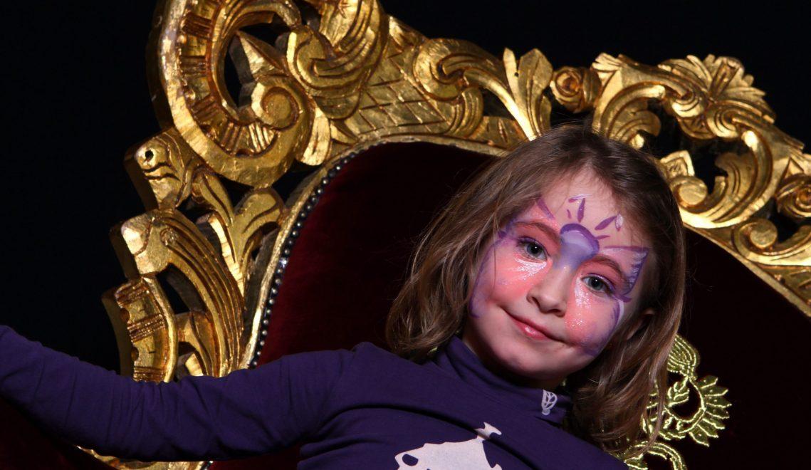 Jeune fille sur le trône du pere noel